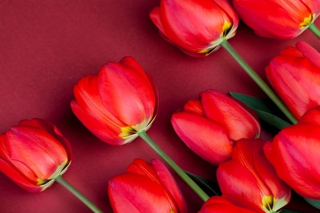 Rote tulpen mit leuchtenden blütenblättern in einem strauß