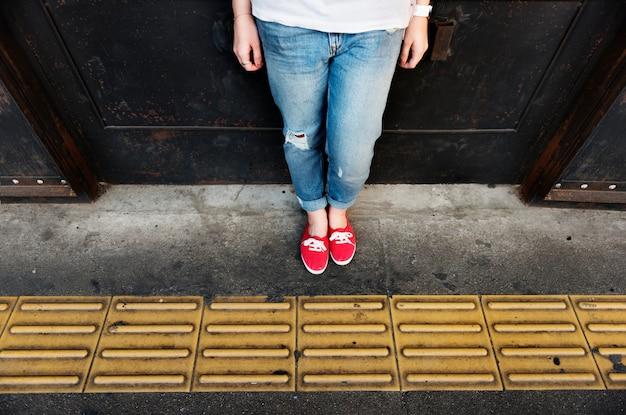 Rote turnschuhe und jeans
