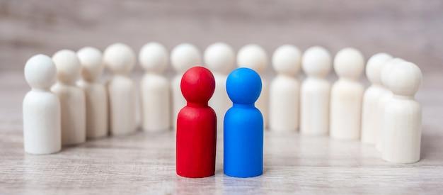 Rote und blaue geschäftsmänner mit menge von hölzernen männern. kandidaten-, führungs-, geschäfts-, team-, teamwork- und personalmanagement