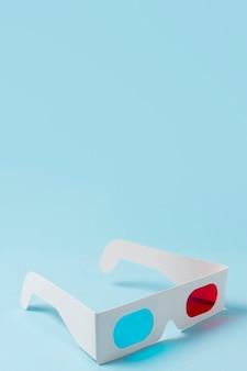 Rote und blaue gläser 3d auf blauem hintergrund