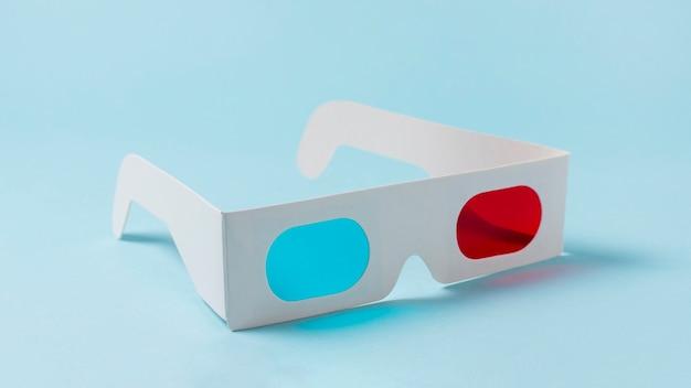 Rote und blaue gläser des weißbuches 3d auf blauem hintergrund