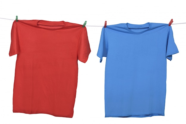 Rote und blaue kleidung, die an der wäscheleine hängt