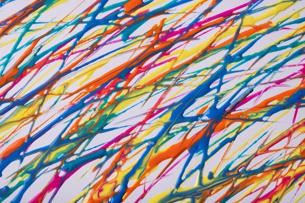 Rote und blaue linien und spritzer auf weißem hintergrund. hintergrund der abstrakten kunst mit dekorativem anschlag der gelben bürste. acrylmalerei mit grünem grafikstreifen.
