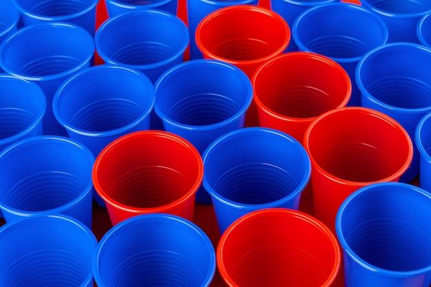 Rote und blaue plastikbecher