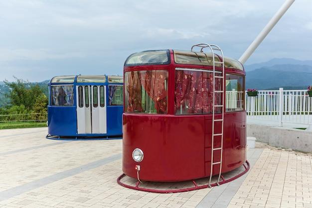 Rote und blaue seilbahnen. retro-technologie und transportthema.