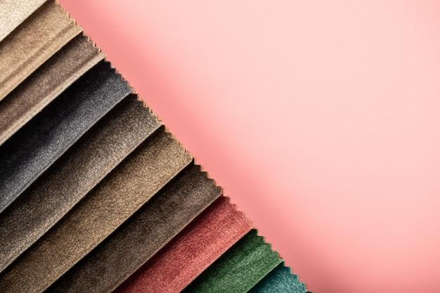 Rote und braune farbpalette, die ledergewebe im katalog schneidet