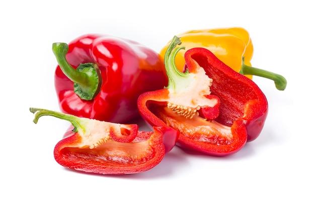 Rote und gelbe paprika auf weißem hintergrund Premium Fotos