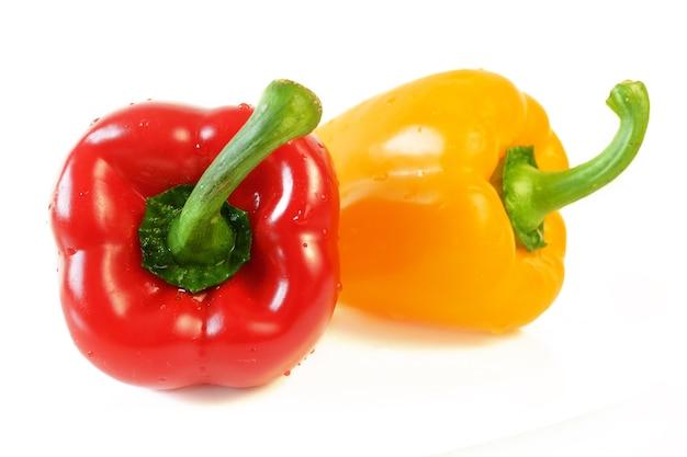 Rote und gelbe paprika auf weißem hintergrund