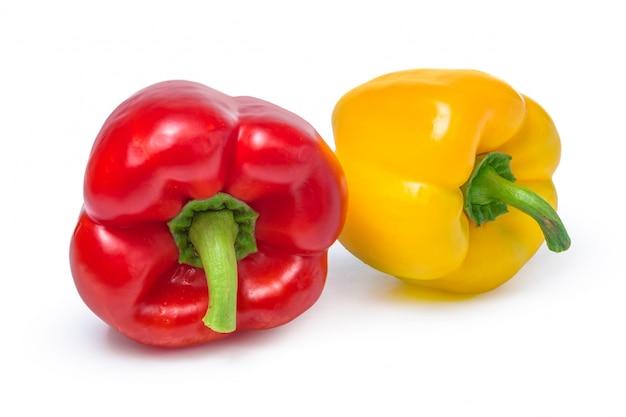 Rote und gelbe paprika isoliert