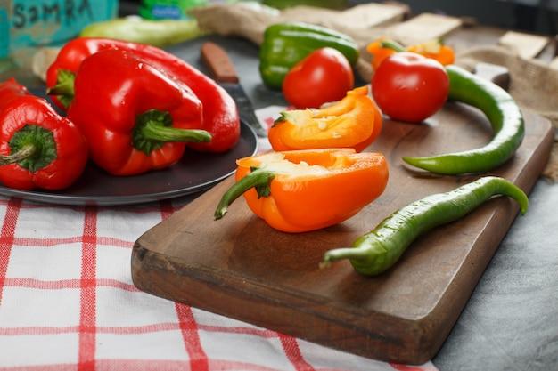 Rote und gelbe paprika mit grünen chilis.