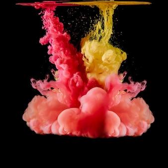 Rote und gelbe pigmente, die auf schwarzem mischen