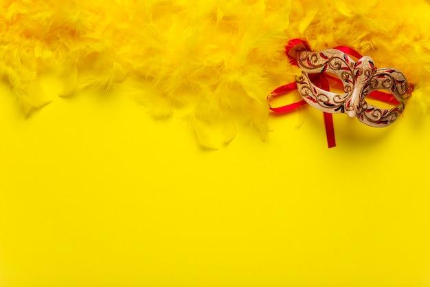 Rote und goldene karnevalsmaske mit kopienraum
