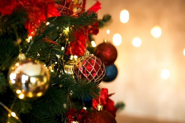Rote und goldene kugeln der weihnachtsbaumdekoration in den klassischen farben.