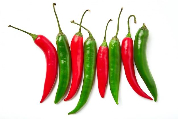 Rote und grüne chilischote. roter und grüner paprikapfeffer der verschiedenen formen getrennt