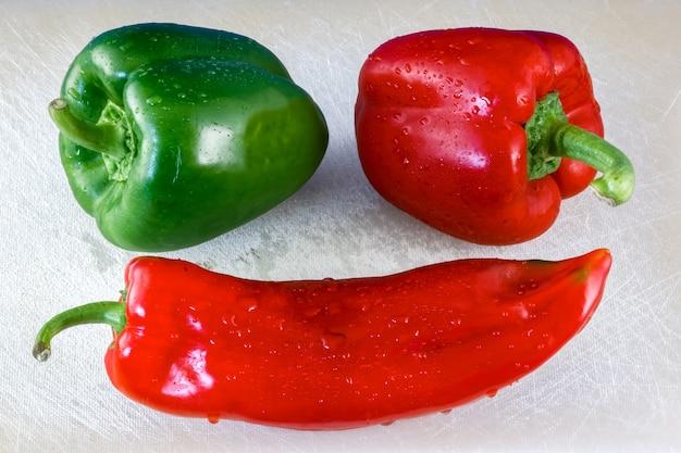 Rote und grüne paprika und ein cayennepfeffer