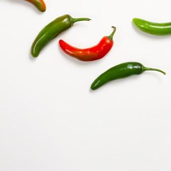 Rote und grüne paprikas mit kopieraum