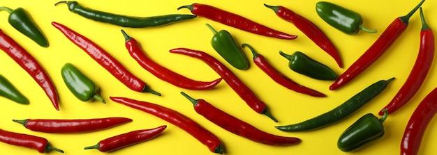 Rote und grüne peperoni auf gelb