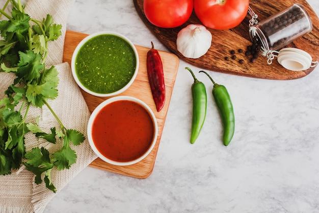 Rote und grüne soße der mexikanischen salsas, würziges scharfes paprikanahrung und bestandteile in mexiko