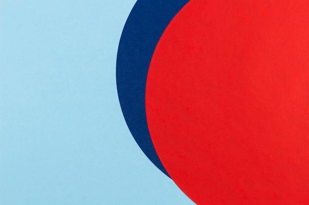 Rote und marineblaue runde kreisform färbt papiergeometriezusammensetzung auf weißem hintergrund