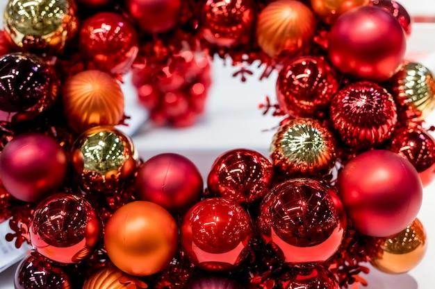 Rote und orange weihnachtskugeln auf weiß