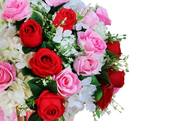 Rote und rosa rose blumenstraußblume verzieren im hochzeitsgewebe