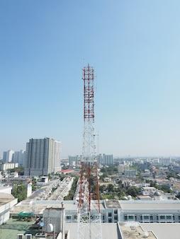 Rote und rote farbe des telekommunikationsturms und blauer himmel.