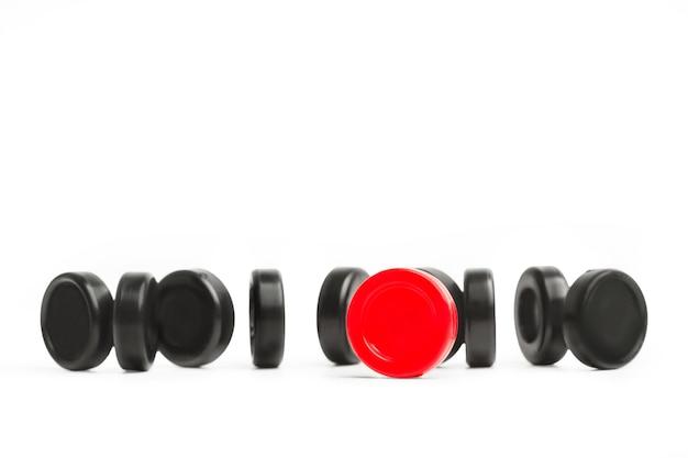 Rote und schwarze damechips
