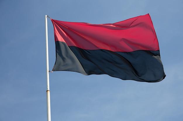 Rote und schwarze flagge der ukrainischen nationalisten in der ukraine und politische flaggen der kongress des ukrainischen nationalismus