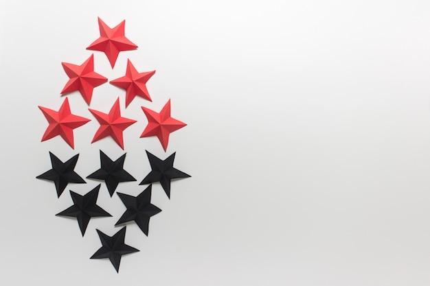 Rote und schwarze gefaltete origami-papiersterne