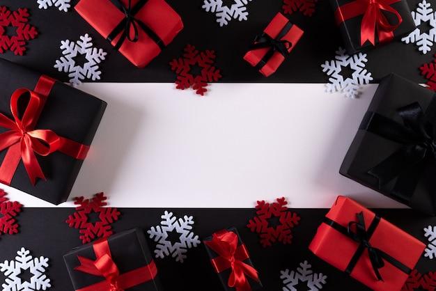 Rote und schwarze weihnachtskästen auf schwarzem