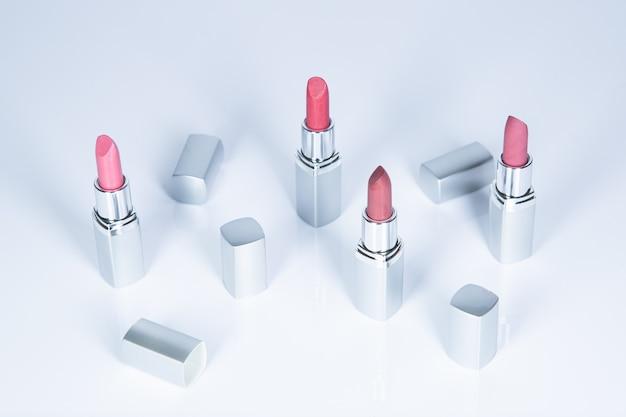 Rote und silberne lippenstifte, beauty- und modekonzept.