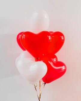 Rote und weiße ballone für valentinstag