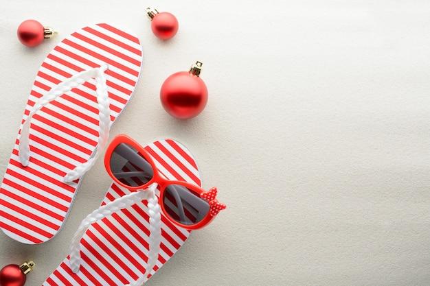 Rote und weiße flip-flops und weihnachtsschmuck