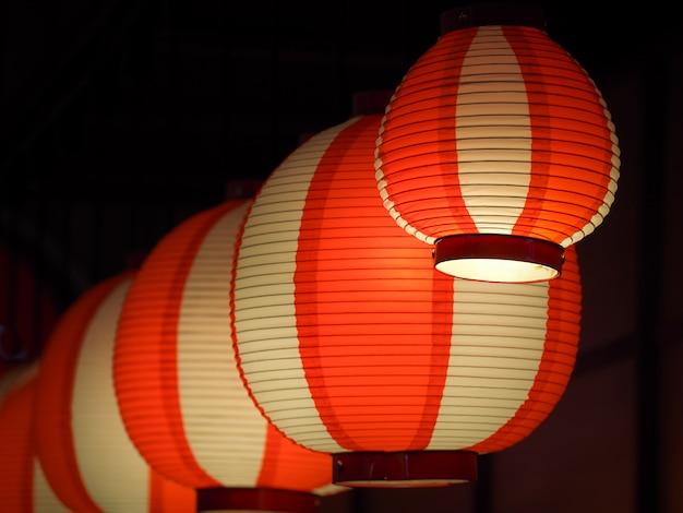 Rote und weiße laternen in der dunkelheit, japanische oder chinesische laternen.