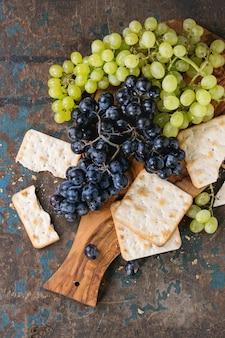 Rote und weiße trauben mit crackern