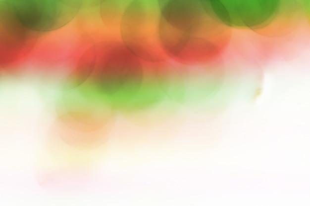 Rote unscharfe blasen, glaskugel auf zusammenfassung mit buntem an lokalisiert