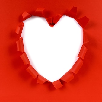 Rote valentinsgrußherzform heftiges papier, weißer hintergrund