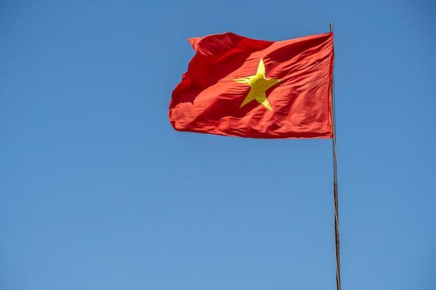Rote vietnamflagge gegen den blauen himmel