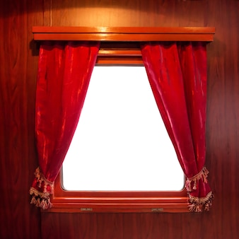 Rote vorhänge am fenster getrennt auf weiß. vorhänge vom alten zug