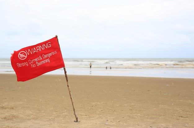 Rote warnflagge am strand