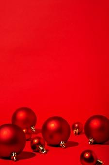 Rote weihnachten auf rotem hintergrund