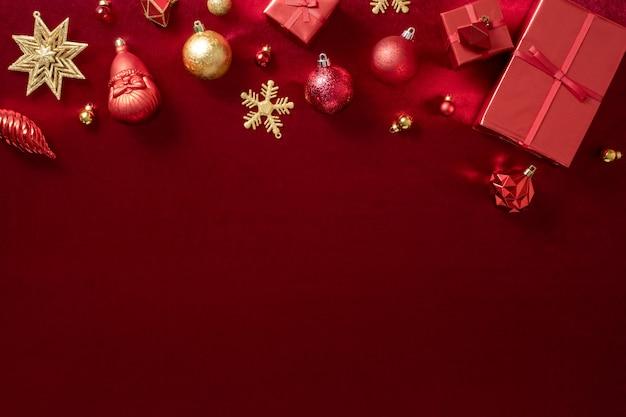 Rote weihnachtsdekoration kugel und band auf samt rot filz stoff draufsicht tabelle hintergrund