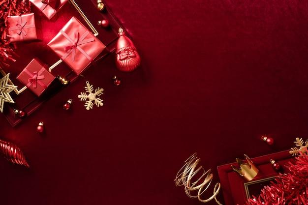 Rote weihnachtsdekoration kugel und band auf samtrotem filzstoff