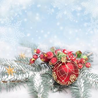 Rote weihnachtsdekorationen auf neutralem winter