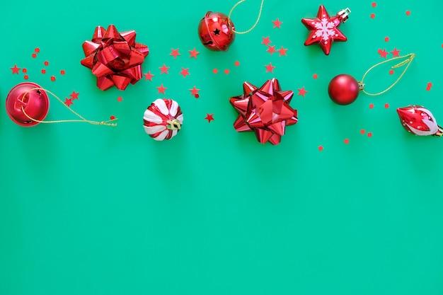 Rote weihnachtselemente auf grüner oberfläche
