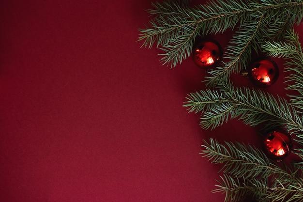 Rote weihnachtsflitterdekoration auf rotem hintergrund mit copyspace.