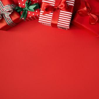 Rote weihnachtsgeschenke auf rot