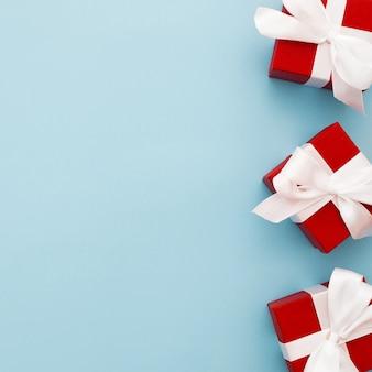 Rote weihnachtsgeschenke mit weißem band