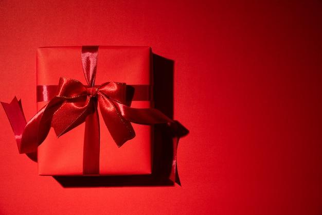 Rote weihnachtskästen auf rotem hintergrund mit copyspace für text. schwarzer freitag.