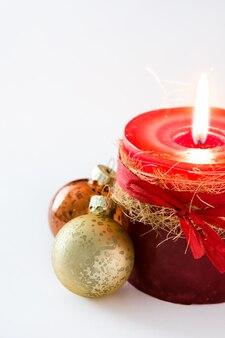 Rote weihnachtskerze und weihnachtsverzierung